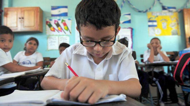Niño lee en una escuela de Nicaragua.