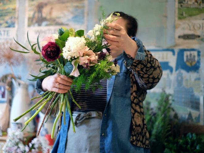 التحضير لحزمة من الزهور لتحملها العروس في عرسها في شمالي يوركيشير