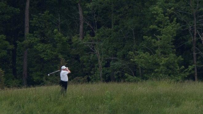 Trump jugando al golf este pasado fin de semana, tras el inicio de la reapertura paulatina de la economía.