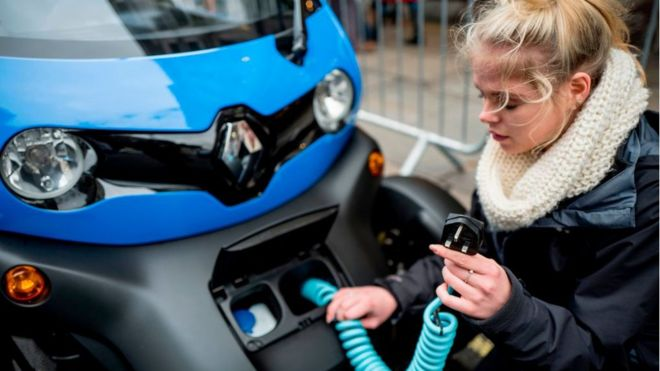 Lack of electric car charging points 'putting off drivers'