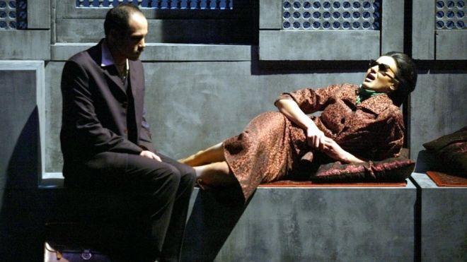 من مسرحية عرضت في فرنسا - 2002