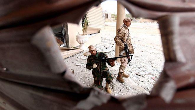 القوات الموالية لخليفة حفتر في اشتباكات مع مسلحين إسلاميين في مدينة بنغازي شرق ليبيا، في 16 ديسمبر/كانون أول 2014