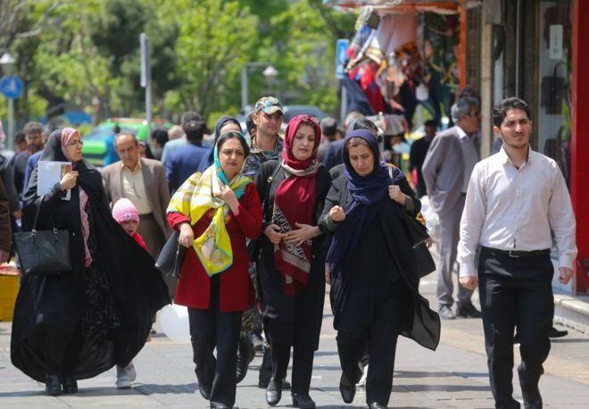 bcfb106a168c4 الناس يسيرون في شارع مزدحم بوسط العاصمة الإيرانية طهران ، في 23 أبريل نيسان  2019