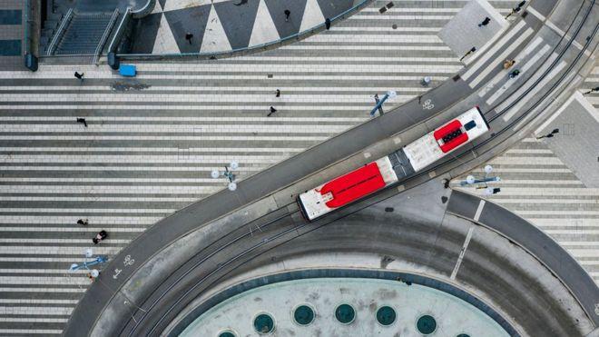 Вид сверху на площадь в центре Стокгольма 25 марта 2020 года