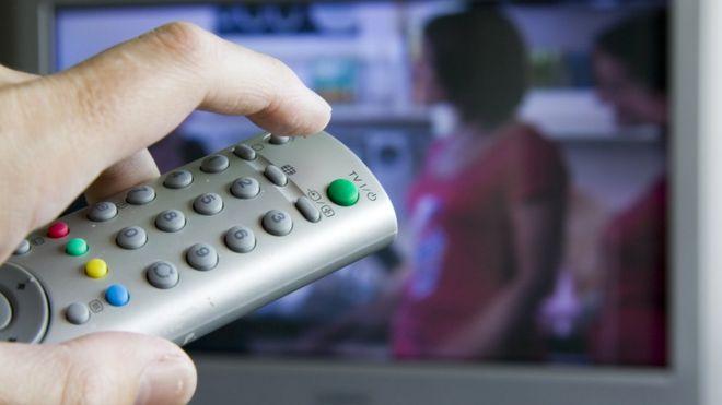 В Латвии остановили вещание девяти российских каналов. Что по ним показывают?