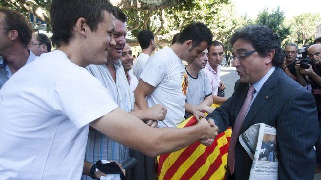 El delegado del gobierno español en Cataluña, Enric Millo (a la der.) pidió perdón por las cargas policiales durante el referéndum.