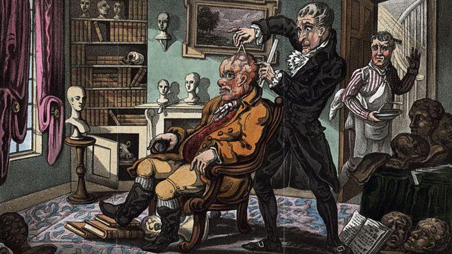 Hombre examinando la cabeza del paciente