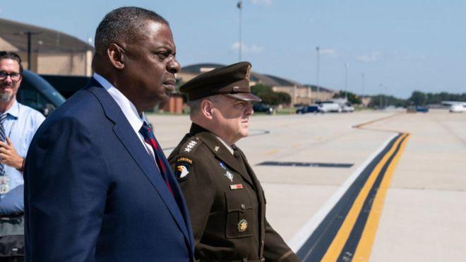Bộ trưởng Quốc phòng Mỹ Lloyd Austin (trái)