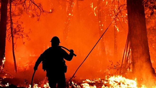 homem em incêndio