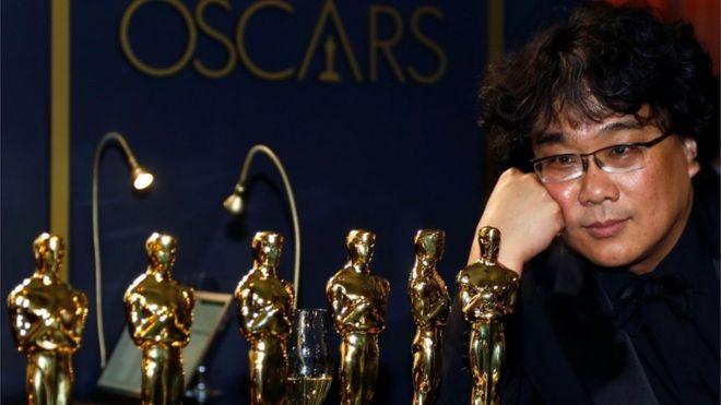 Bong Joon Ho observa las estatuillas de Oscar