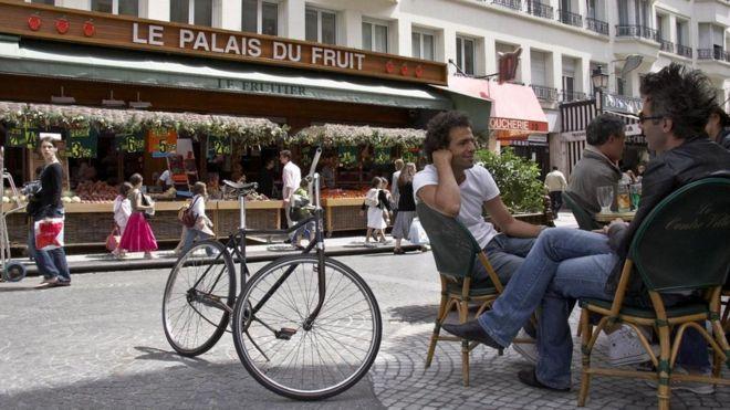 لماذا يجيب الفرنسيون على أي سؤال أو طلب بكلمة