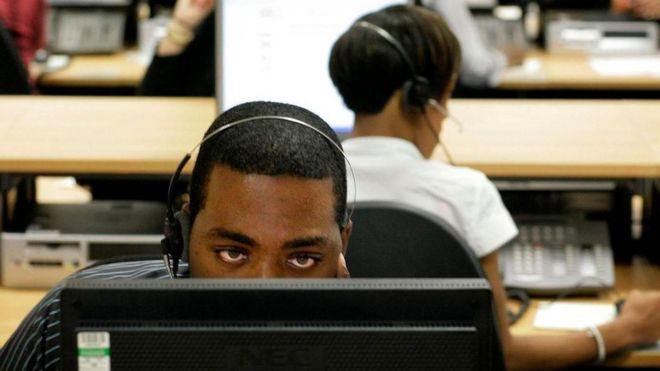 Unos jóvenes trabajando en lo que parece una central telefónica