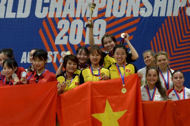 Huy chương và cúp vàng cho đội nữ Việt Nam.