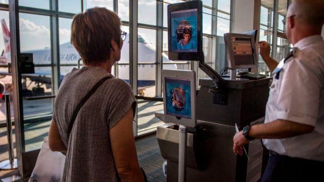 Một người phụ nữ được nhận dạng qua máy quét nhận diện khuôn mặt tại một sân bay ở Dulles, bang Virginia.