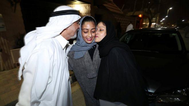 Родители поздравляют саудитку Ханну Искандар после ее первой поездки на машине