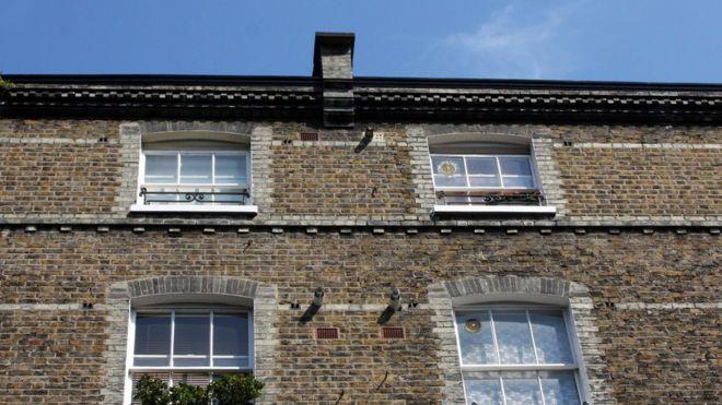 Общий вид голубого неба и террасного жилья