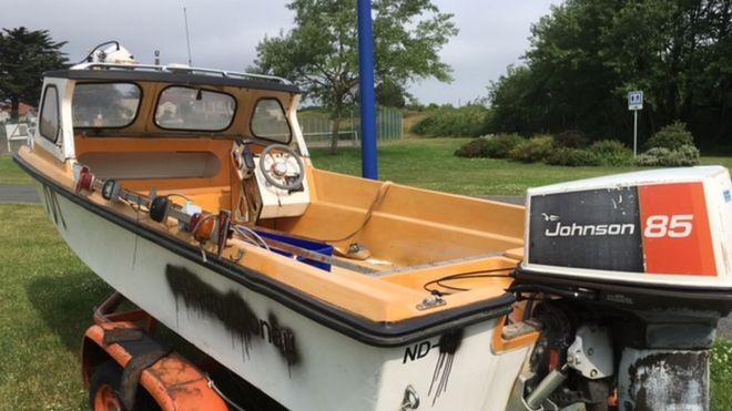 Моторная лодка, которая обитает на Шербурском полуострове