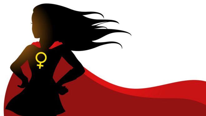 Женщина носит иллюстрацию мыса супергероя