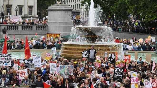 Miles de manifestantes en Trafalgar Square, en el centro de Londres.
