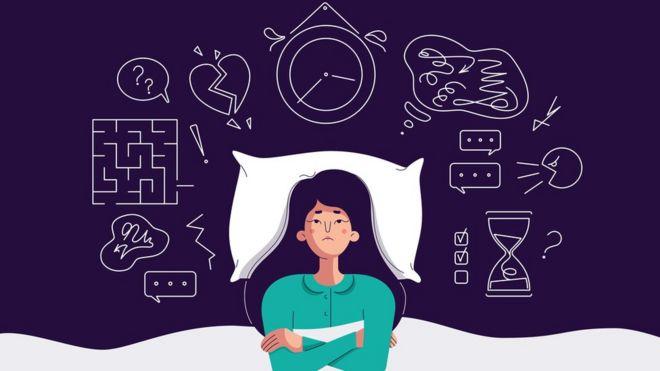 Una mujer que parece preocupada por muchas cosas a la hora de dormir,