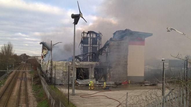 6dfff56e02176 Croydon self-storage warehouse destroyed in blaze - BBC News