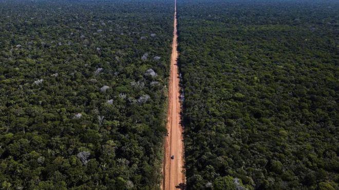 A estrada BR-319 hoje em dia vista do alto — um rasgo no meio da floresta