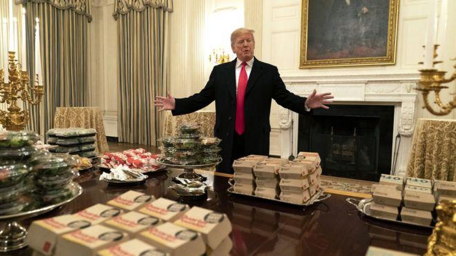 Donald Trump, presidente de Estados Unidos, con una mesa llena de comida rápida