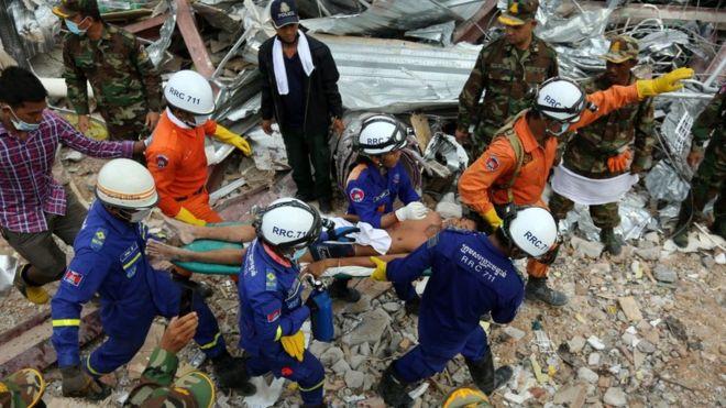 Đội cứu họ đưa người còn sống ra khỏi đống đổ nát hôm