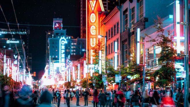 加拿大溫哥華是個早期的霓虹燈之都,平均每18個人就有一個霓虹燈招牌。
