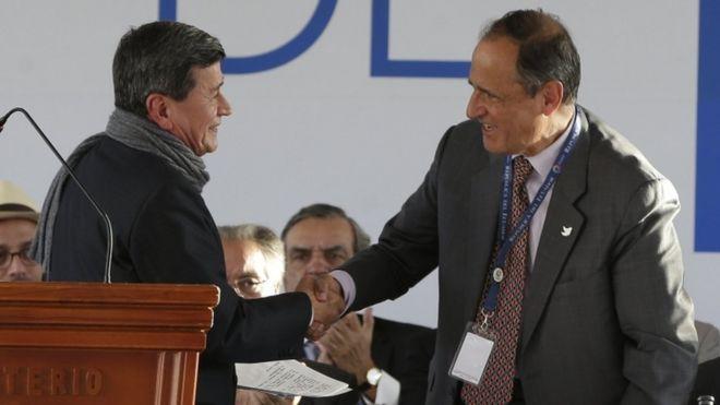 Представитель правительства Колумбии Хуан Камило Рестрепо (справа) обменивается рукопожатием с представителем Национальной армии освобождения (ELN) Пабло Белтраном во время церемонии, посвященной началу официальных мирных переговоров в Кито, Эквадор,