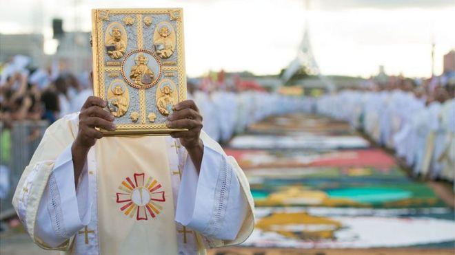 Padre celebra missa em Brasília