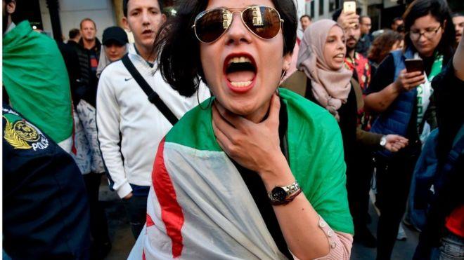 متظاهرة ضمن الحراك قرب ساحة الأمير عبد القادر في الجزائر العاصمة يوم 14 أبريل 2019