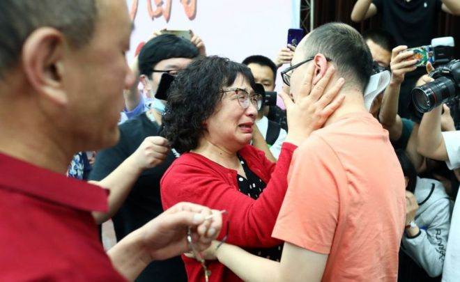 Li Jingzhi and her son embrace for the first time in 32 years
