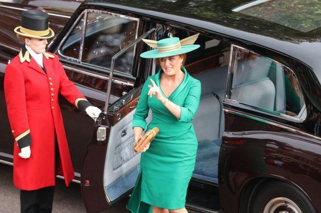 والدة العروس سارة فيرغسون تصل لحضور حفل زفاف الأميرة أوجيني إلى جاك بروكس بانك في كنيسة سانت جورج في وندسور كاسل
