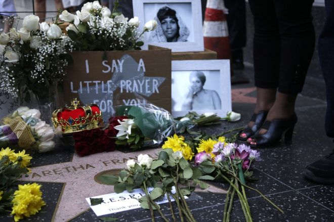 Цветы и дань возложены на звезду Ареты Франклин на Голливудской аллее славы в Голливуде, штат Калифорния, 16 августа 2018 года