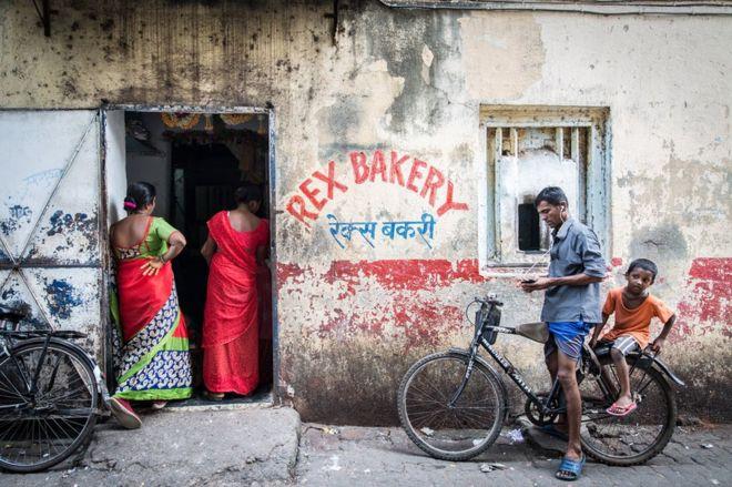 Sipariş ettikleri ekmekleri bekleyen kadınlar.
