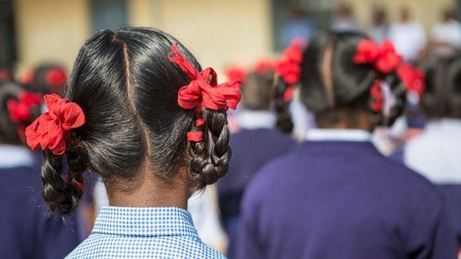 Seorang siswi di India berfoto dari belakang