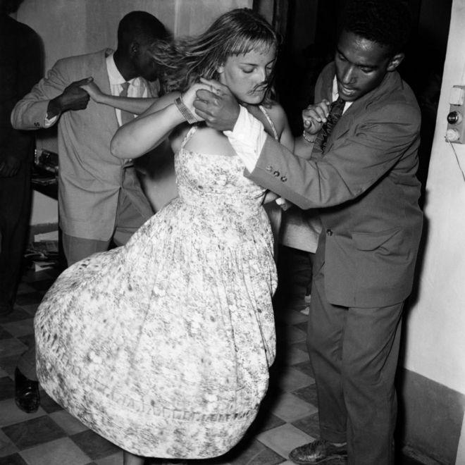 Les hommes et les femmes dansent en couple.