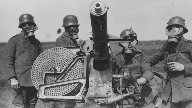 Soldados alemanes con máscaras antigas en la Primera Guerra Mundial