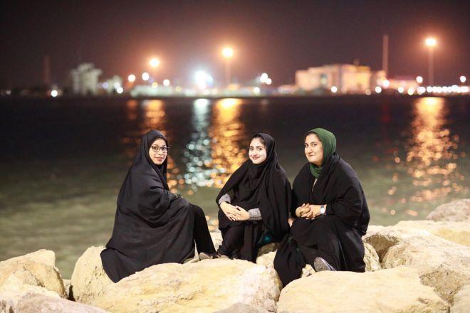 بندر عباس؛ سه دانشجوی حقوق در کنار ساحل