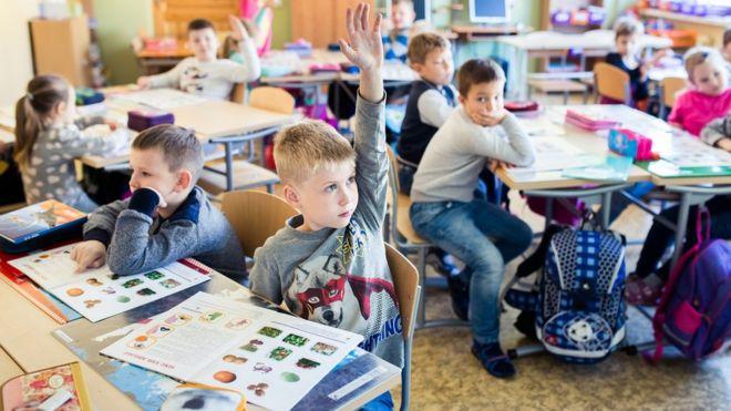crianças em sala de aula 4988326f5ffc2