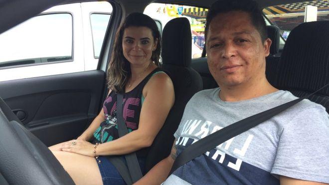 O casal Rafaela Machado e Elisangelo Sena divide o carro para fazer, cada um, jornadas de 12 horas diárias em aplicativos de transporte, como Uber e 99