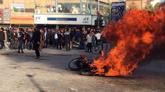 بسیاری از شهرهای ایران شاهد اعتراض های گسترده به افزایش بهای بنزین بودند