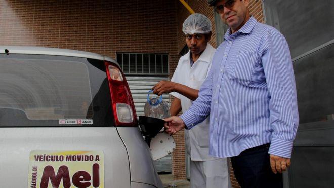 Apicultor abastece seu carro flex com etanol de mel