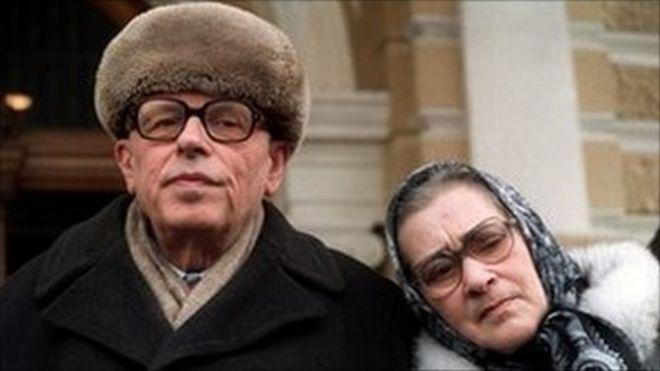 Andrei Sakharov, nhà hoạt động, giáo sư vật lý nguyên tử nổi tiếng của Nga lúc sinh thời cùng vợ, bà Yelena Bonner ở Moscow - hình năm 1987
