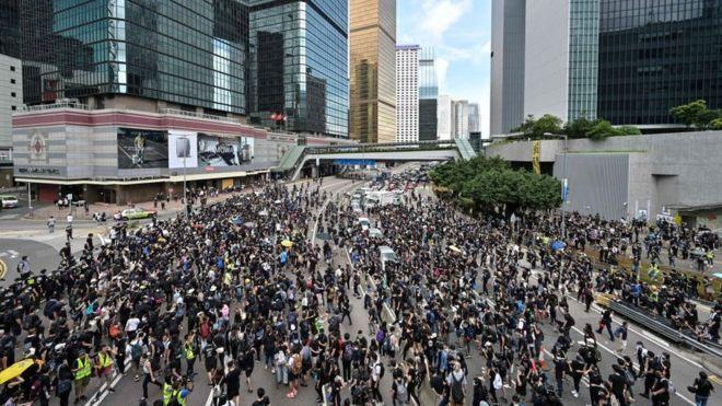 Hàng trăm người lại ùa về trung tâm hành chính Hong Kong để tiếp tục phản đối dự luật dẫn độ