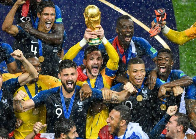 Hugo Lloris levanta el trofeo que corona a Francia campeón del mundo por  segunda vez en 4b1ac29b5d746