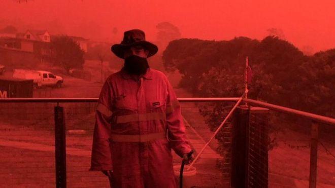 Un bombero portando una máscara para protegerse del humo