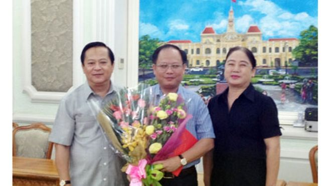 Ông Nguyễn Hữu Tín, khi làm phó chủ tịch UBND TPHCM, trao quyết định chỉ định của Thành ủy để ông Tất Thành Cang, Giám đốc Sở GTVT, giữ nhiệm vụ Phó Bí thư Đảng ủy Sở GTVT năm 2012