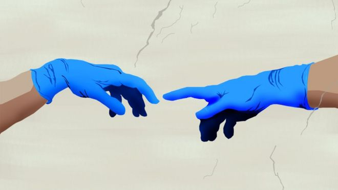 Dos manos con guantes que buscan tocarse recrean el famoso cuadro de Miguel Ángel